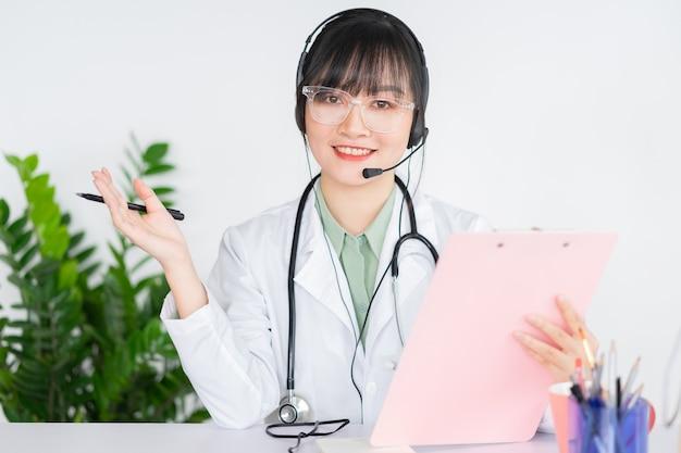 Azjatyckie lekarki badają pacjentów zdalnie, lekarze mogą teraz używać oprogramowania do rozmów wideo na komputerach, aby sprawdzać online klientów.