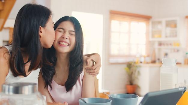 Azjatyckie lesbijskie kobiety wpływające lgbtq para vlog w domu