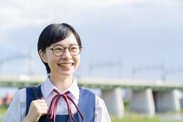 Azjatyckie licealistki w mundurkach i uśmiechnięte w szkole
