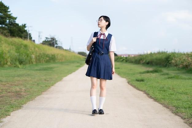 Azjatyckie licealistki w okularach patrząc w niebo