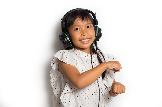 Azjatyckie małe dziecko dziewczynka muzyki. taniec i ruch wyrażające prawdziwe pozytywne emocje