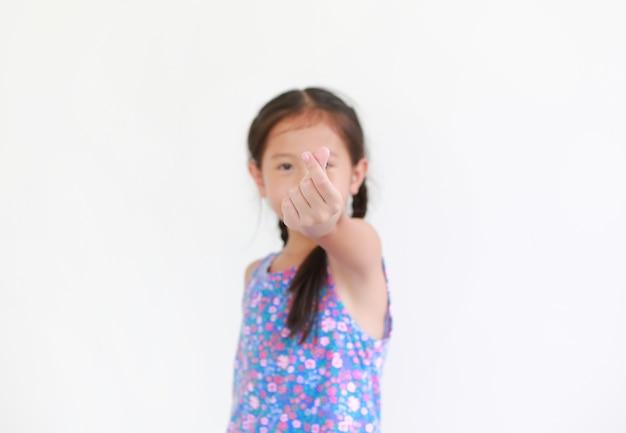 Azjatyckie małe dziecko dziewczynka pokaż język migowy symbol palca mini serce na białym tle