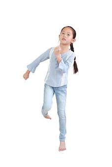 Azjatyckie małe dziecko dziewczynka z systemem postawy na białym tle nad białą ścianą