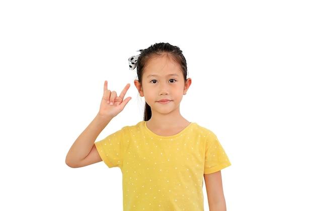 Azjatyckie małe dziecko pokaż palec kocham cię symbol języka migowego na białym tle na białym tle