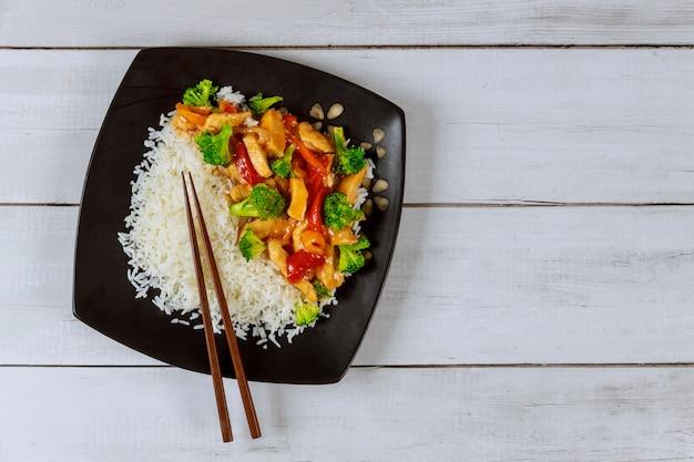 Azjatyckie mięso podsmażyć, warzywa z białym ryżem