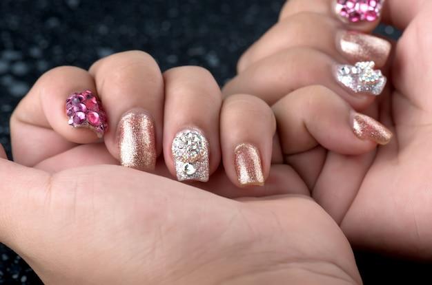 Azjatyckie młode dziewczyny domowe paznokcie fasion samodzielnie.