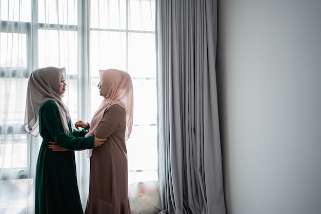 Azjatyckie młode kobiety z hidżabu chętnie poznają swojego przyjaciela