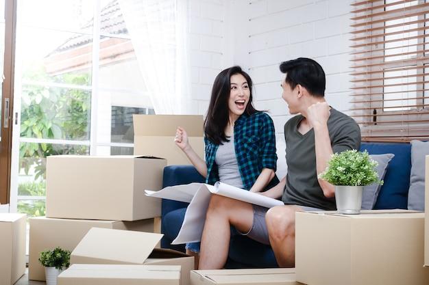Azjatyckie pary mężczyzn i kobiet trzymaj się planu, nowy dom jest szczęśliwy, mogąc razem stworzyć rodzinę.