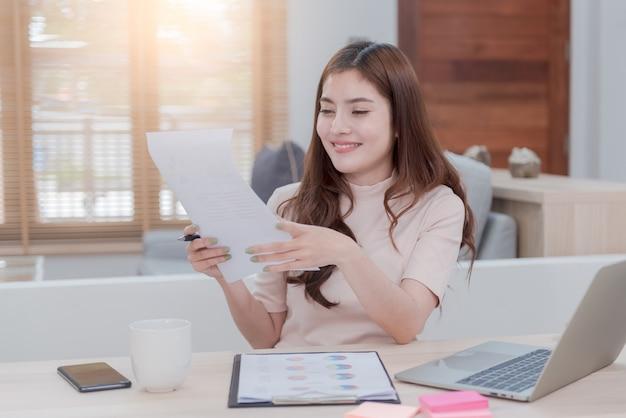 Azjatyckie piękno pracuj online z domu za pomocą komputera