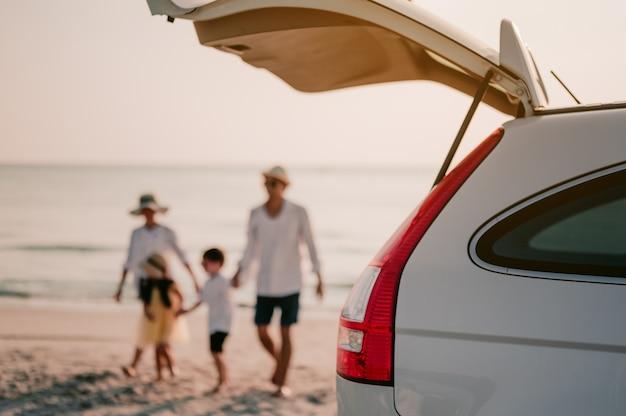 Azjatyckie rodzinne wakacje na wakacjeszczęśliwi rodzice trzymający dzieci latające po niebie