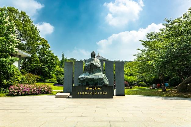 Azjatyckie rzeźby w parku
