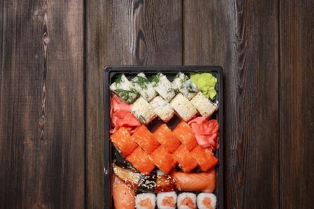 Azjatyckie sushi i bułki, dostawa jedzenia do domu