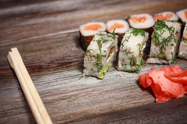 Azjatyckie sushi i bułki poddane kwarantannie w izolacji, dostawa do domu