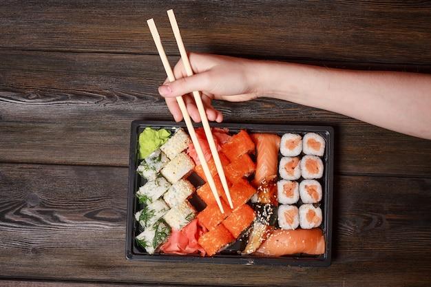 Azjatyckie sushi i poddane kwarantannie rolki w izolacji, dostawa jedzenia do domu