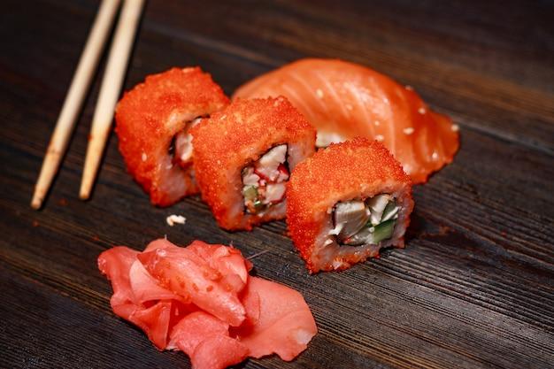 Azjatyckie sushi jedzenie na drewnianym stole