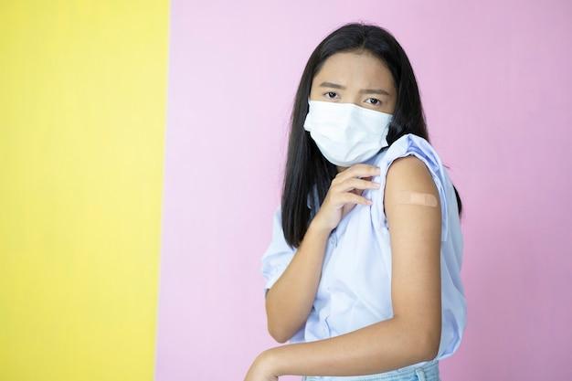Azjatyckie szczepienia studenckie na różowym tle.