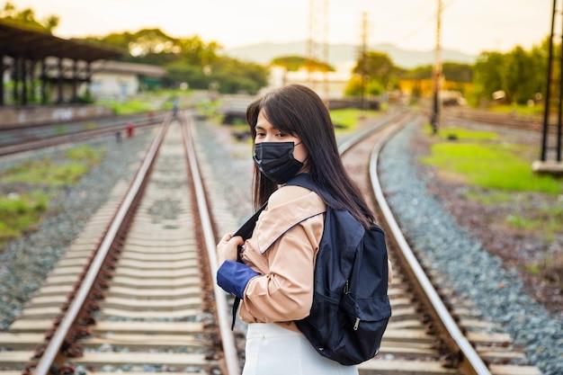 Azjatyckie turystki w maskach zapobiegają covid-19