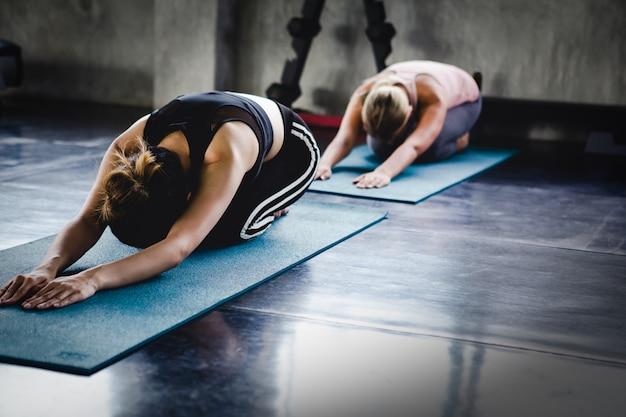 Azjatyckiego młoda kobieta stylu życia ciała zdrowy trening w gym, sport joga stylowy pojęcie