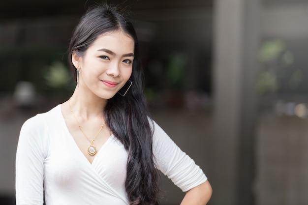 Azjatyckiego portreta młodej dziewczyny piękny śliczny uśmiech na twarzy