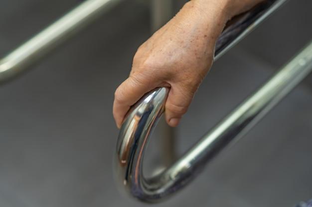 Azjatyckiego starszego kobiety cierpliwego use łazienki rękojeści toaletowa ochrona w szpitalu.