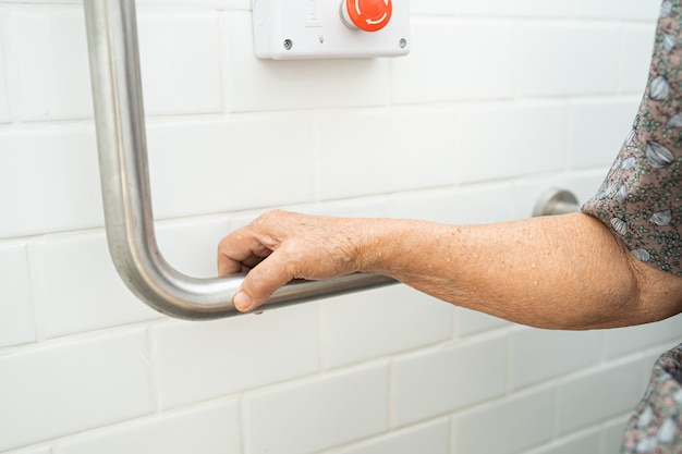 Azjatyckiego starszego kobiety cierpliwego use łazienki rękojeści toaletowa ochrona.