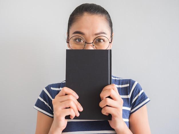 Azjatyckiej kobiety czytelnicza książka i główkowanie dla pomysłów.