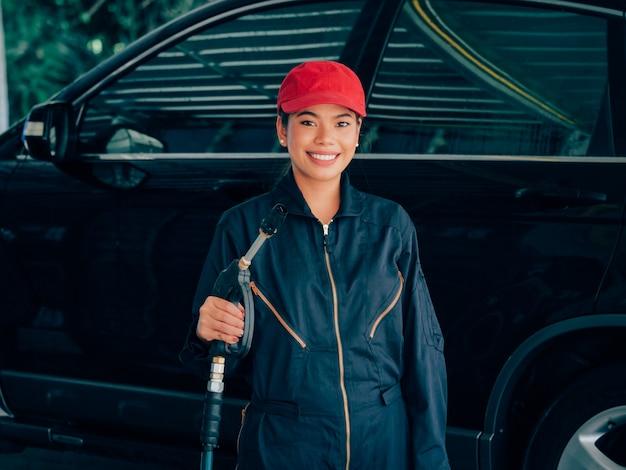 Azjatyckiej kobiety płuczkowy samochód.