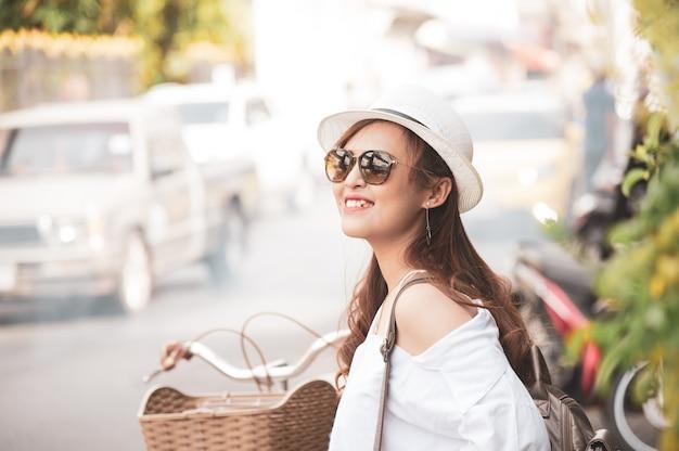 Azjatyckiej kobiety turystyczny odprowadzenie na tajlandzkiej ulicie
