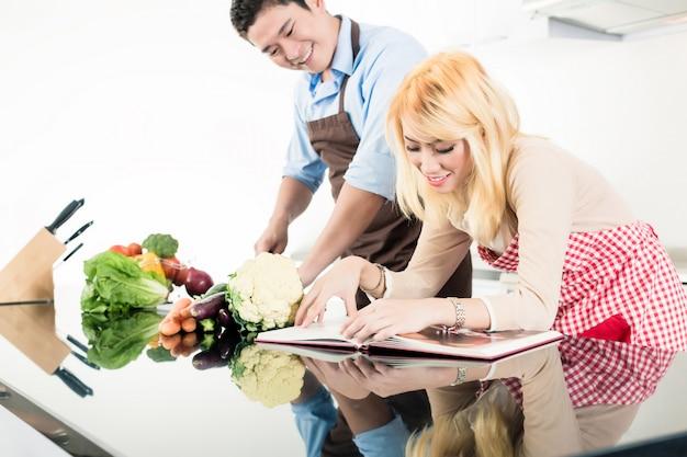 Azjatyckiej pary czytelnicze przepisy w książce kucharskiej