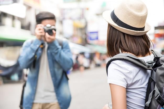 Azjatyckiej pary turystyczni backpackers bierze fotografię na khao san drodze, bangkok, tajlandia