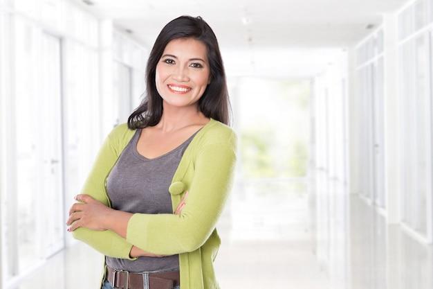 Azjatykcia w średnim wieku uśmiechnięta kobieta
