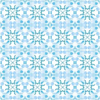 Azulejo akwarela bezszwowe wzór. tradycyjne portugalskie płytki ceramiczne. ręcznie rysowane streszczenie tło. grafika akwarelowa do tekstyliów, tapet, druku, projektowania strojów kąpielowych. niebieski wzór azulejo.
