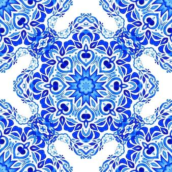 Azulejo niebieski i biały ręcznie rysowane dachówka bezszwowe ozdobne farby akwarelowe wzór.