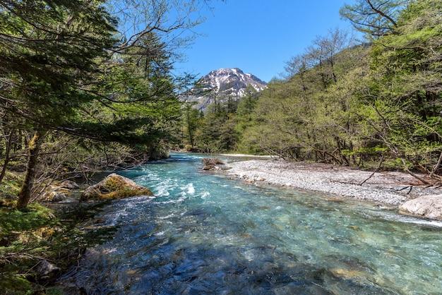 Azusa rzeka i hotaka góra przy kamikochi w północnych japonia alps.