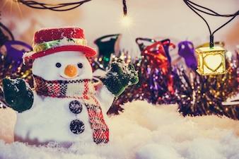 Bałwan w śniegu przy cichą nocą z żarówką