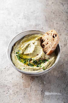 Baba ghanoush babaganoush czyli hummus z bakłażana na misce z chlebem