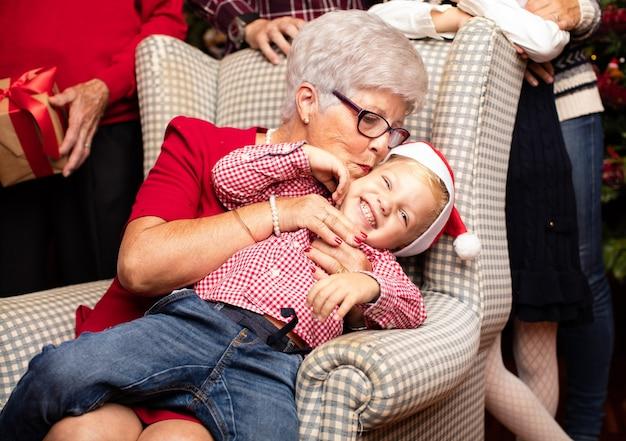 Babcia całuje głowę wnukiem