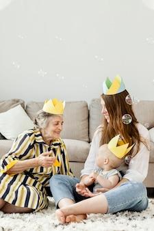 Babcia chętnie spędza czas z rodziną