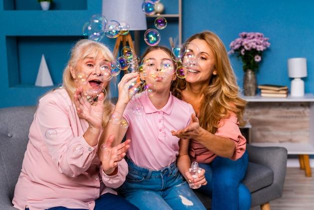 Babcia, córka i wnuczka razem w domu