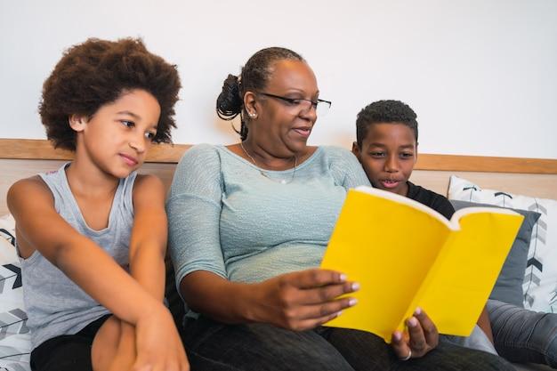 Babcia czyta książkę wnukom.