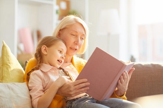 Babcia czytająca historie