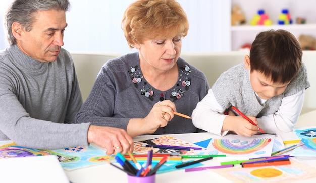 Babcia, dziadek i wnuk spędzają razem czas. symbol rodziny.