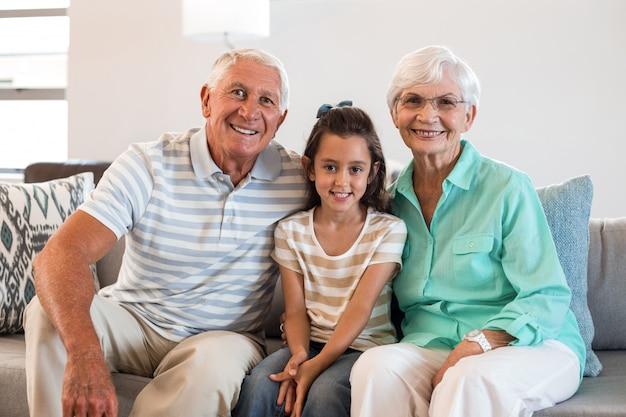 Babcia i dziadek z wnuczką