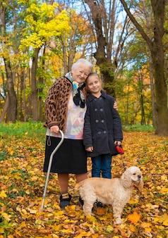 Babcia i dziecko spacery w jesiennym parku