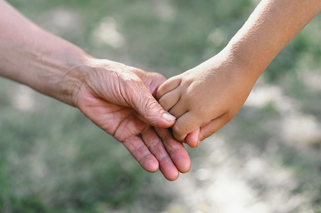 Babcia i dziecko trzymają się za ręce
