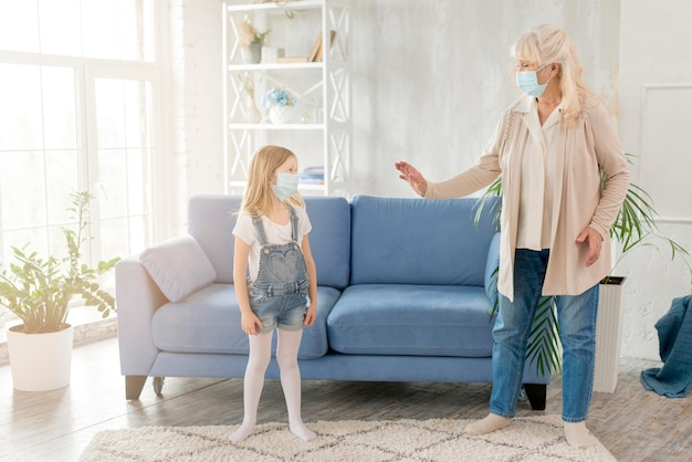 Babcia i dziewczyna z maską
