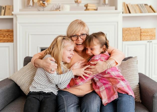 Babcia i dziewczynki o średnim ujęciu