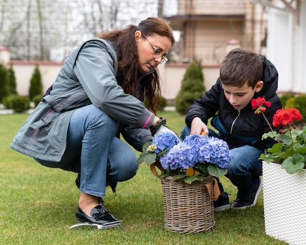 Babcia i mały chłopiec pracuje w ogrodzie