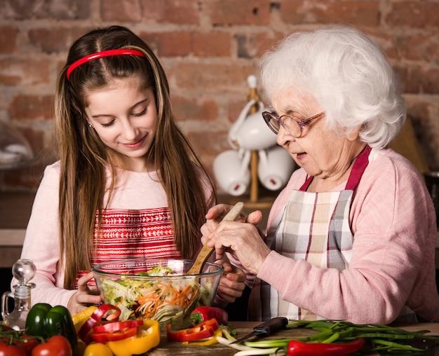 Babcia i wnuczka gotują razem