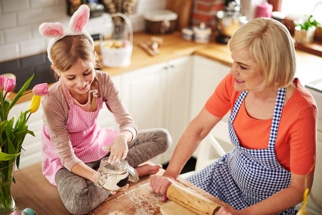Babcia i wnuczka razem pieczą